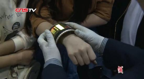 在第十二届重庆高交会中科院展区,一款可以弯曲的智能手机赚足了人气,吸引众多市民前来试戴体验。