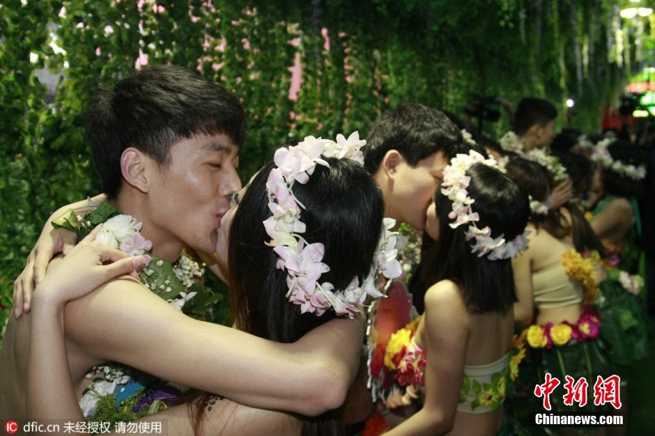 2016年4月24日,数对90后情侣在杭州宋城景区举办了一场特别的婚礼,他们不要屋子,不要车子,鲜花为衣,绿草为裙,在景区的恋情长廊里密意拥吻,宣誓裸婚。据主理方称:这次流动是宋城举行的第二届裸婚节,这些经过收集搜集来的年青情侣,用如许的方法来抒发年青人对真爱的重视和不被物资前提所约束的婚姻观点。魏炜 摄 东方IC 版权著作 请勿转载