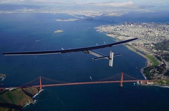 """""""阳光能源2号""""飞越金门大桥。"""