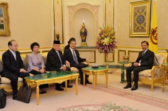 4月21日,文莱苏丹哈桑纳尔在王宫会见外交部长王毅。