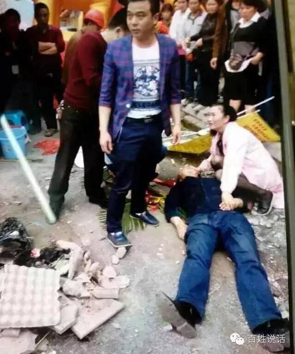 药店方一位女子头部被打伤后倒在地上。