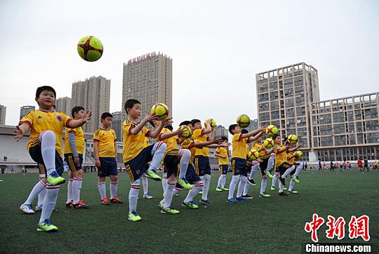 材料图,青少年停止足球根本功锻炼。中新社记者 韩苏原 摄