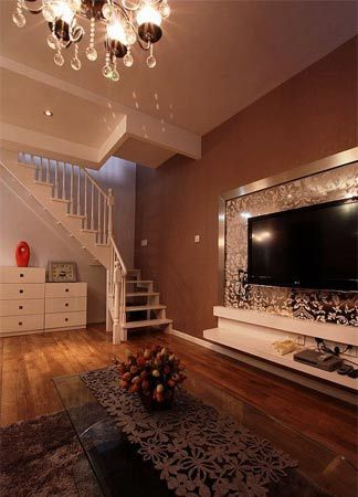 跃层房子装修效果图:从客厅看楼梯图片