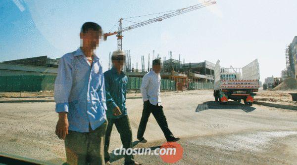 中东工地上的朝鲜工人(来源: 朝鲜日报)