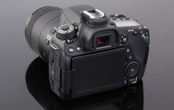 对于摄影爱好者来说,拥有一套性能强大的对焦系统是一件值得高兴的事情,EOS 80D配备了45个对焦点全部可选且均为十字型自动对焦感应器,并且提供了4种灵活运用45个自动对焦的对焦区域选择模式,45个对焦点中27点可支持F8光圈,不仅如此中央1点还增加了可对应F2.8光圈的斜向十字型对焦感应器,当使用大光圈镜头拍摄时,能实现更高的对焦精度。   编辑点评:佳能80D对焦点增到45点,且全点支持高精度十字型对焦。视野率约100%的光学取景器和最高约7张/秒的连拍性能,让被摄体的捕捉更加稳健。   [参考价
