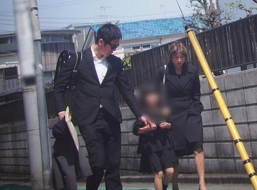 [日韩星闻]日本G奶女星与前夫感情升温 说笑送女上学