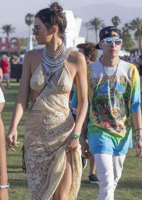 肯豆顶着哪吒头,穿着清凉度max的针织长裙出现在了音乐节草地上.