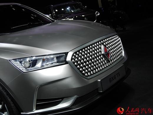宝沃BX5最初在2016年3月的日内瓦车展上首发亮相。新车的长宽高分别为4483/1876/1677mm,轴距达到2685mm,其定位低于BX7,为一款紧凑型SUV。在外观上,宝沃BX5采用了与BX7类似的家族式设计,使用哑光黑色格栅作为中网主体,显得更为运动。新车还配备了LED日间行车灯、带透镜的大灯以及前雷达。