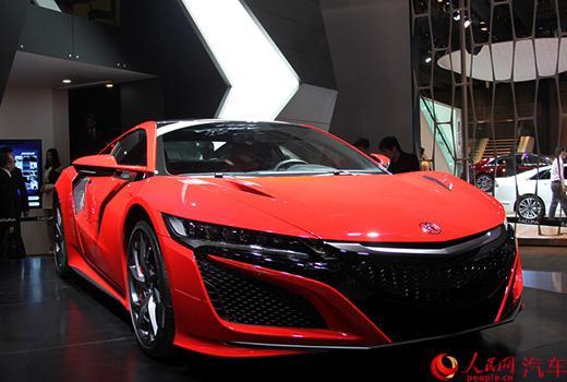 讴歌NSX在2015年北美车展上全球首发,随后在上海车展国内首次亮相。全新NSX量产版在原型车的基础上进行了调整,车身侧面进气口和后扰流板都进行了全新设计,并进一步优化了空气动力学。