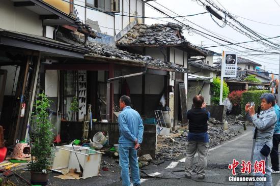 4月24日拍摄的日本熊本地震震中灾区益城町一带建筑损毁严重。 中新社记者 王健 摄
