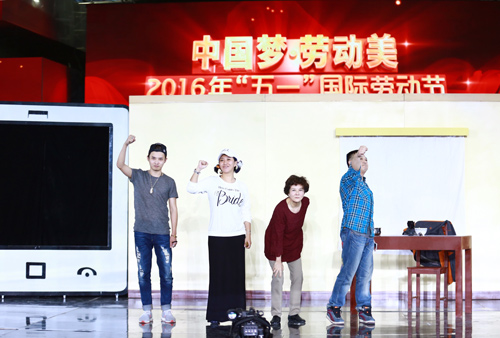 范湉湉(左二)参与小品演出