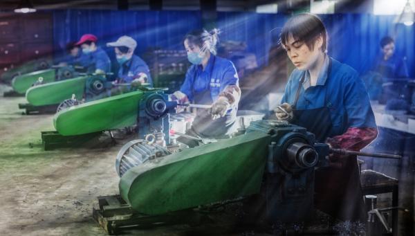 重庆市江津区涵村机械厂的工人们在忙碌生产。 东方IC 资料