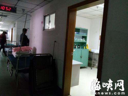 涉事医生说,当时是在这间换药室内和患者女儿对话的,但门没关上