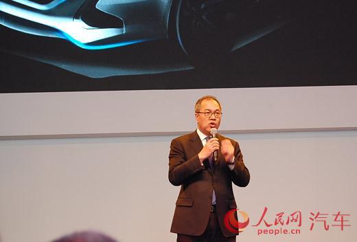 """本次东南汽车展台上首次曝光的概念SUV——DX Concept概念车。DX Concept是与宾尼法利纳再次深度合作诞生的SUV概念车型,此款概念车延续了""""流动的力量""""的设计理念,承袭独具特色的DX系家族式设计语言,也预示着东南汽车未来产品的年轻化设计趋向。"""