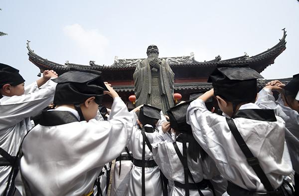 """南京市夫子庙小学新生举行入学""""开笔礼""""仪式。蒋庆认为孔子的思想核心是礼而不是仁。东方IC 资料"""