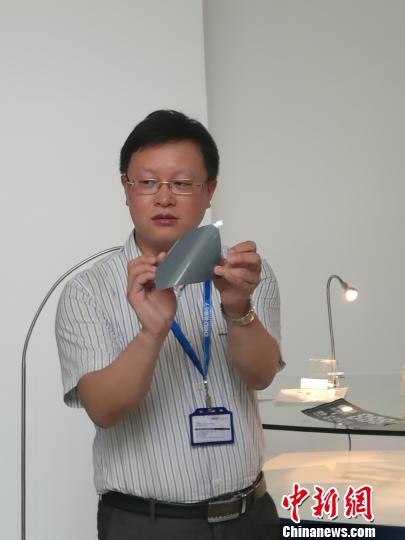 图为工作人员展示石墨烯电子纸相关产品 唐贵江 摄