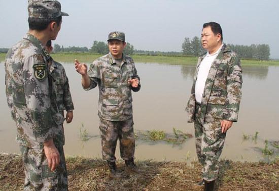 图为2015年6月29日下午,时任南京军区第一集团军副军长的李广深入滁河堤防杨河段察看了解汛情,探望正在一线奋战防汛的部队官兵。
