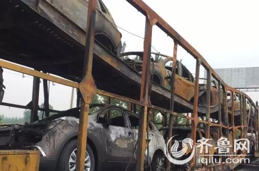 今天早晨5点左右,G35济菏高速长清段,一辆大货车突然着起火来,火势凶猛,满满一货车的别克越野,除了两头的几辆,剩余的全部被烧毁。