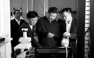 习近平在中国科技大学近代物理系自旋磁共振实验室了解科研情况。新华社发