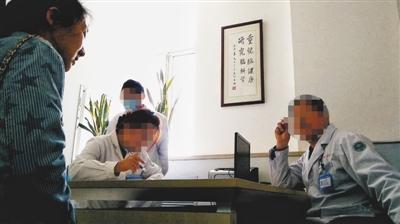 3月26日,北京海华病院,自称脑瘫教授的赵主任为患者支属做征询,称其可为患儿做脑瘫手术。新京报记者 彭子洋 摄