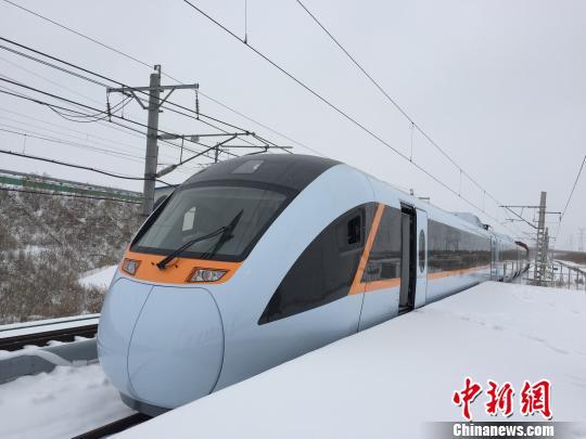 中国首次研发的混合动力型动车组已在中车长客股份公司完成调试工作,即将进入淋雨、小曲线通过能力等整车型式试验阶段
