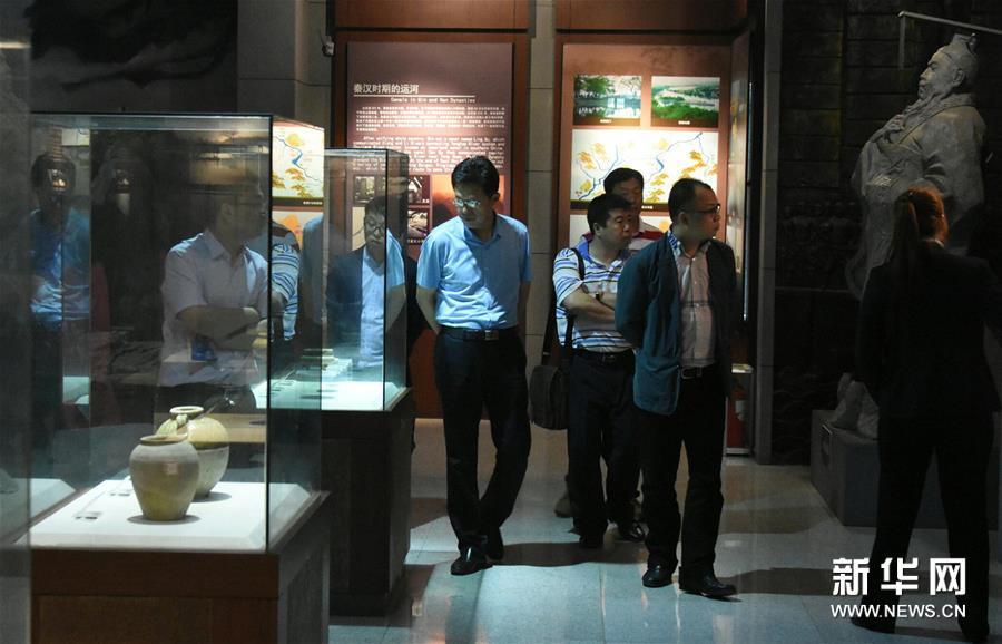 山东 聊城/(1)4月24日,观众在中国运河文化博物馆里观赏馆藏历史文物。...