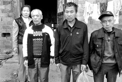 已被判死缓、在狱中服刑的4个村民的家人一直在为儿子喊冤。供图/《南方都市报》