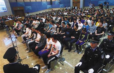 62名被告人坐满四排。昨日,新中国成立以来涉案人数最多的合同诈骗案在一中院进入第六天审理。新京报记者王贵彬摄