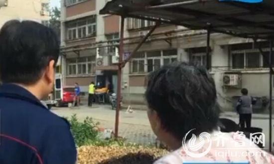 两老人在家中自杀身亡,一个以上吊的方式,一个则躺在地上(视频截图)
