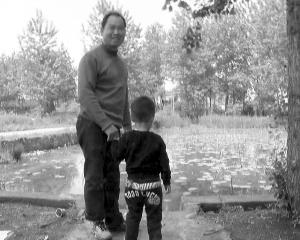 小男孩其时那是在这个水塘落水的 通信员供图