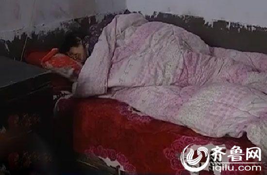 大娘躺在床上表情很痛苦