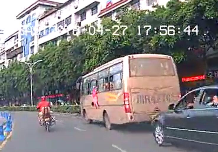 小女孩从车窗翻出的霎时(视频截图)。图据收集