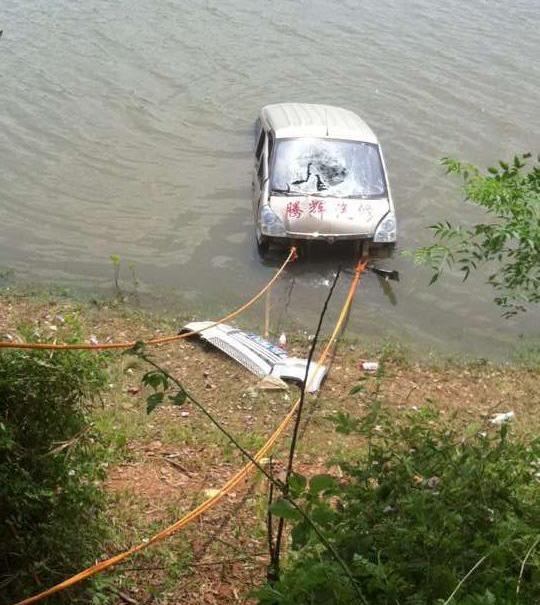 4月28日,江西都昌县杭桥安得口,一辆面包车失慎驶入河中,沉入河底。图为被打捞登陆的面包车。 家眷供图