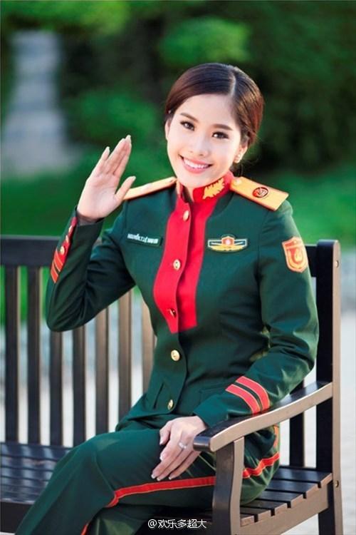 形似乎也和我军07式帽徽一样往桃形上靠.-越南女兵穿新式军服大拍图片