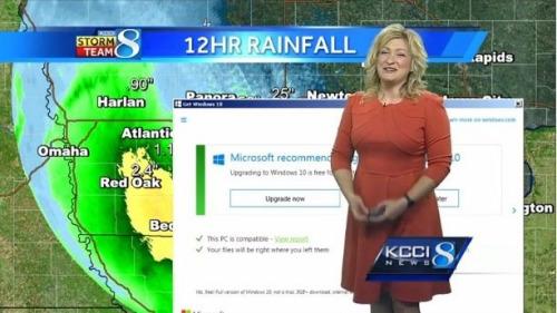 国外KCCI电视台在新闻直播气象时,背景屏幕弹出windows10升级窗口。