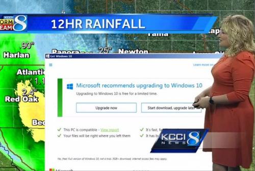 """国外KCCI电视台在新闻直播气象时,背景屏幕就弹出windows10升级窗口,令主播尴尬的直说:""""微软建议我升级到Windows 10,我该怎么办呢?"""""""