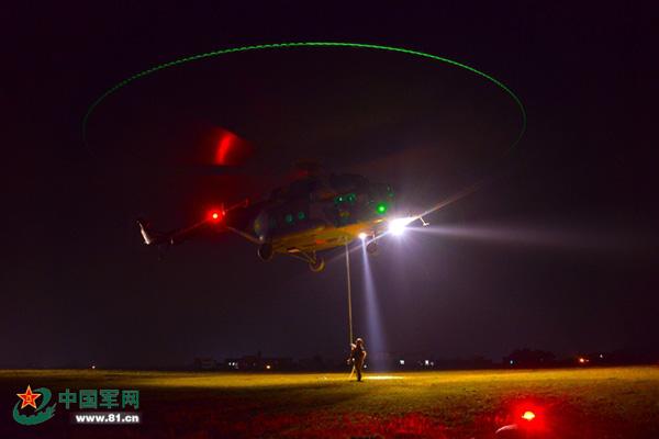 原文配图:夜间机降训练。
