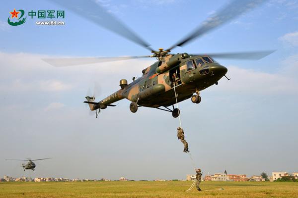 4月27日,第31集团军某陆航团与某部联合开展机降协同训练。