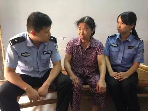社区民警陪老人聊天。