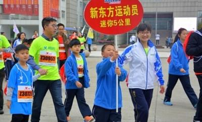 扬马赛道   东关小学近三百名师生自主报名参加了这项声势浩大的长跑