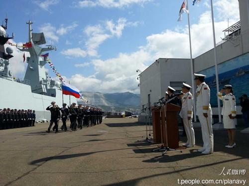 5月11日晚间,俄中联合舰艇集群指挥官亚历山大•奥昆在新罗西斯克海军基地的演习联合指挥部受命举行演习。演习负责人俄罗斯海军副总司令亚历山大•费多坚科夫海军中将和中国海军副司令员杜景臣海军中将听取了指挥部的演习准备情况报告,并设置演习任务,以此拉开了实战部分的序幕。