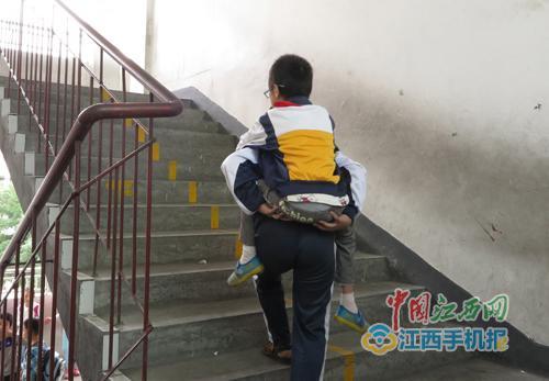 张运昌背着刘乙辰上楼梯