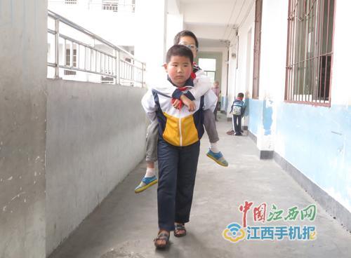 同学患病不能行走 10岁少年在校背负两年