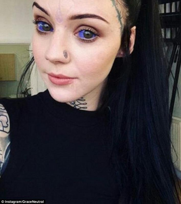 """英国女孩疯狂纹身成""""网红"""" 眼球都染成紫色"""