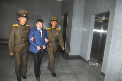 4月29日,在朝鲜首都平壤,金东哲(中)被带进法庭。新华社发