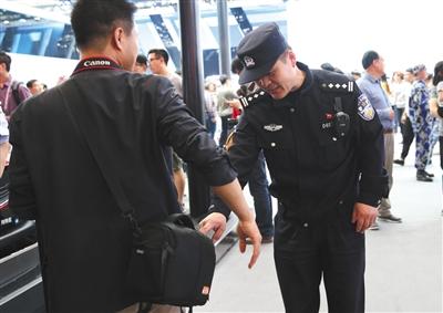 顺义分局的民警吩咐一名拍摄师看好本人的东西。
