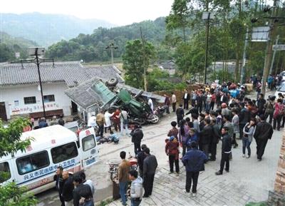 昨天,一农用车路过贵州兴义市泥凼镇时侧翻,所载石块砸向路外村委会,致13名乡民殒命。图/CFP