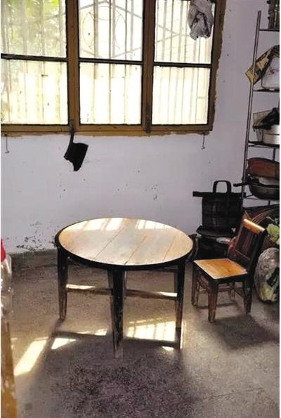 《白鹿原》的初稿,陈忠厚是在他家的老祖屋里完结的,开初那是拿着一个大条记本在膝盖上写,直到1989年1月,他才在这张小桌子上接续写。