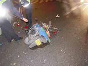 """摩托车吊挂""""CCTV新闻采访""""车牌 通信员供图"""