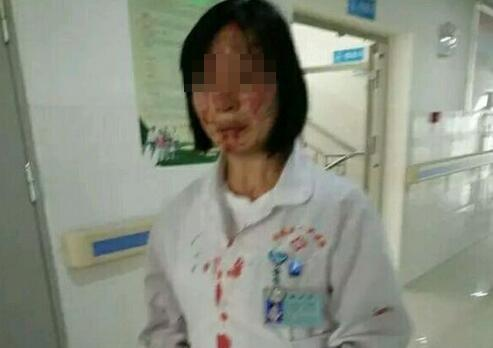 27日,云南文山市西畴县公民病院,一位带女儿治病的男子持高跟鞋将输液的女护士头敲破。